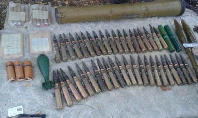 ВМариуполе отыскали тайник сбоеприпасами ипропусками «службы безопасности ДНР»