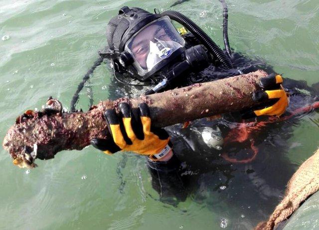 Одесские cотрудники экстренных служб подымают боеприпасы сзатонувшего германского судна