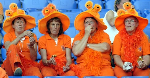 Four supporters of the Oranje, the Dutch national football team, eat in the stands a few moments before the Euro 2008 Championships quarter-final football match the Netherlands vs. Russia on June 21, 2008 at St. Jakob-Park in Basel. AFP PHOTO / DDP - TORSTEN SILZ -- MOBILE SERVICES OUT --
