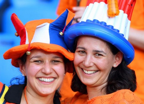 Dutch supporters cheer prior to the kick off of the Euro 2008 Championships quarter-final football match the Netherlands vs. Russia on June 21, 2008 at St. Jakob-Park in Basel.     AFP PHOTO / VALERY HACHE -- MOBILE SERVICES OUT --