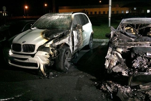ВХарькове из-за пожара настоянке автомобильного салона сгорели 4 БМВ