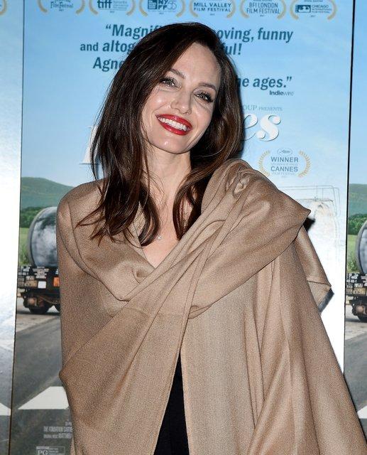Анджелина Джоли пришла напремьеру фильма вмешковатой накидке