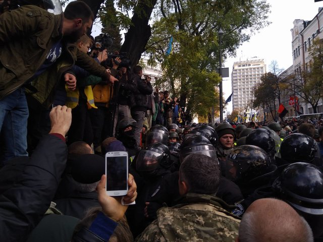 Обезумевшие митингующие прорывают оцепление вправительственном квартале столицы Украины