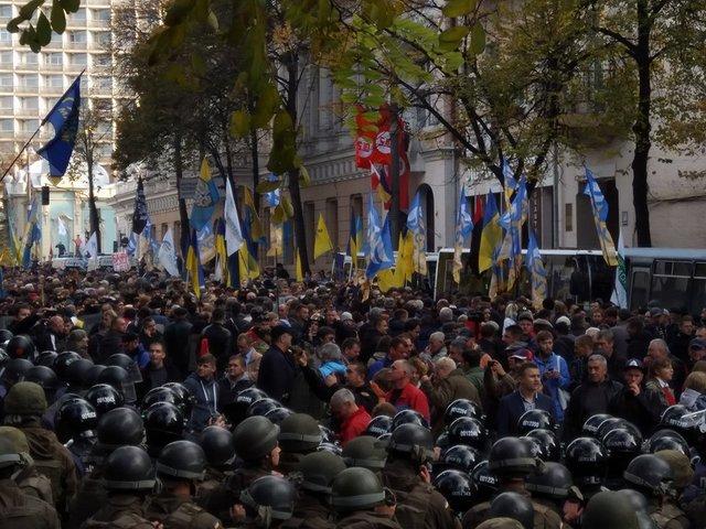 Участники акции протеста вКиеве начали приносить продукты питания впалатки