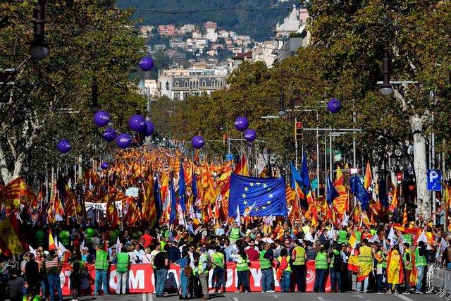 ВКаталонии наулицы вышли 300 000 человек: размещены фото, видео