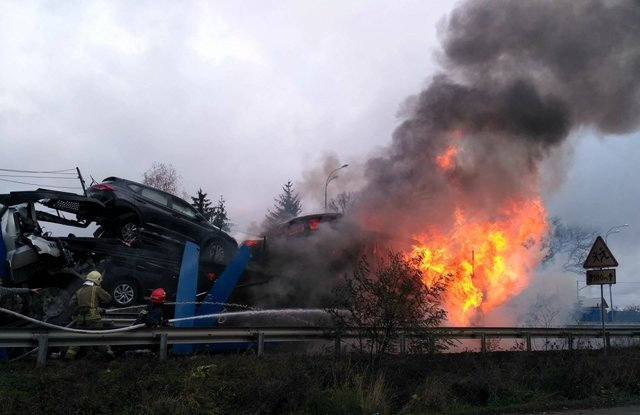 Под Ровно столкнулись два грузового автомобиля: сгорели шофёр иновые джипы