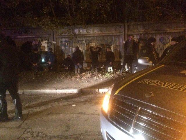 В потасовке  футбольных фанатов пострадали покрайней мере  трое человек