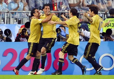 Spanish players jubilate after Spanish midfielder Xavi Hernandez (L) scored a goal during the Euro 2008 championships semi-final football match Russia vs. Spain on June 26, 2008 at Ernst-Happel stadium in Vienna, Austria. AFP PHOTO / FRANCK FIFE -- MOBILE SERVICES OUT --