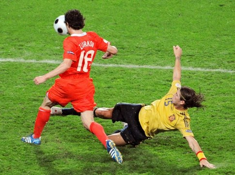 Russian midfielder Yuri Zhirkov (L) vies with Spanish defender Sergio Ramos during the Euro 2008 championships semi-final football match Russia vs. Spain on June 26, 2008 at Ernst-Happel stadium in Vienna, Austria. AFP PHOTO / MLADEN ANTONOV -- MOBILE SERVICES OUT --