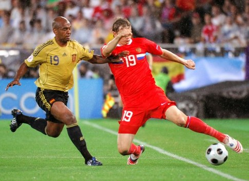 Spanish midfielder Marcos Senna (L) challenges Russian forward Roman Pavlyuchenko for the ball during the Euro 2008 championships semi-final football match Russia vs. Spain on June 26, 2008 at Ernst-Happel stadium in Vienna, Austria. AFP PHOTO / JOE KLAMAR -- MOBILE SERVICES OUT --