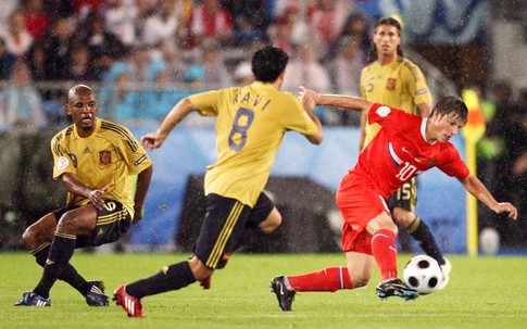 Russian forward Andrei Arshavin (R) is challenged by Spanish midfielders Xavi Hernandez (C) and Marcos Senna during the Euro 2008 championships semi-final football match Russia vs. Spain on June 26, 2008 at Ernst-Happel stadium in Vienna, Austria. AFP PHOTO / YURI KADOBNOV -- MOBILE SERVICES OUT --