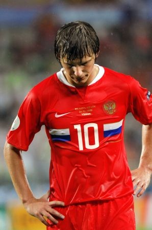 Russian forward Andrei Arshavin reacts to missing an opportunity during the Euro 2008 championships semi-final football match Russia vs. Spain on June 26, 2008 at Ernst-Happel stadium in Vienna, Austria. AFP PHOTO / JOE KLAMAR -- MOBILE SERVICES OUT --