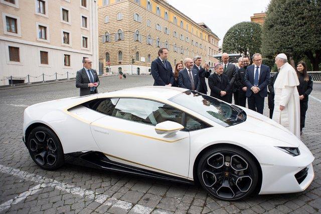 Папа римский от Lamborghini получил в подарок персонализированный автомобиль