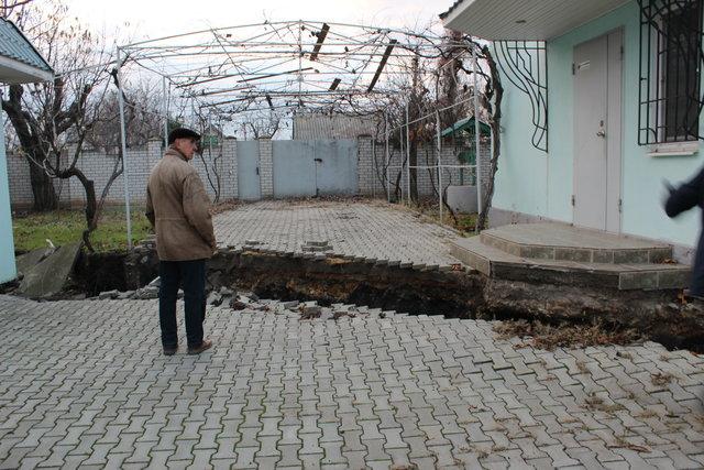 Трещина. Прошла через двор и оставила дом без воды. Фото: В.Серова