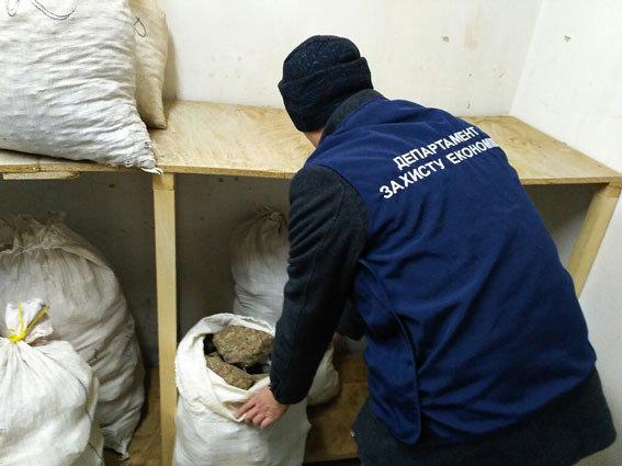 Правоохранители изъяли вРовенской области нелегального янтаря надесять млн