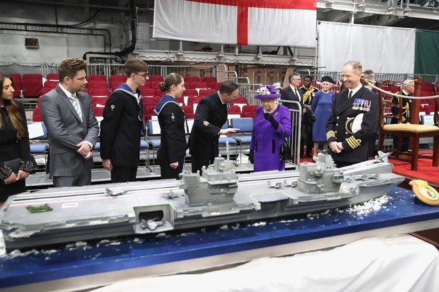 «Самый боеспособный корабль Британии»: ЕлизаветаII поднялась наборт крупнейшего авианосца страны
