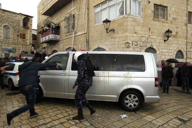 Бросали камни ибутылки: вВифлееме напали накортеж патриарха Иерусалимского