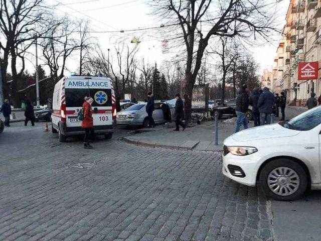 Вцентре Харькова серьезное ДТП сучастием четырех авто