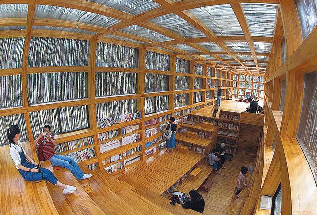 Эко. Чтобы сохранить природную эстетику, корпус библиотеки в китайской деревушке Лиюань построен из стекла и 45  тысяч деревянных прутьев. В здании нет электричества, потому оно работает до 16:00. Нет и столов со стульями — читать можно, сидя прямо на шкафах, а чтобы взять книгу, нужно оставить свою взамен.
