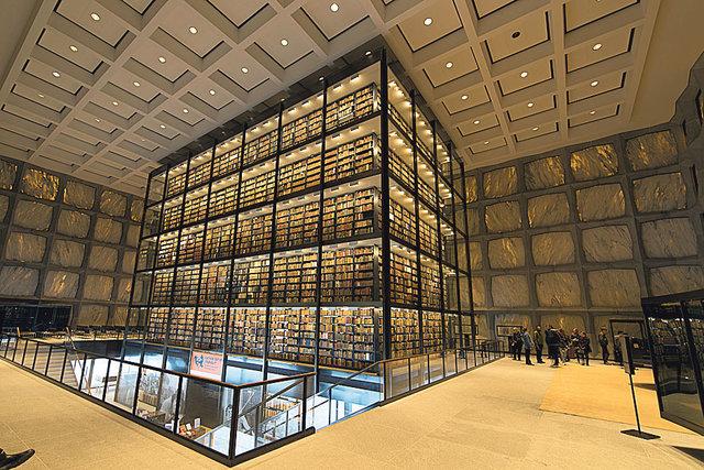 Склад раритетов. Библиотека Бейнеке при Университете Йеля (США) — крупнейшее в мире собрание редких книг: более 500  тыс. раритетов и несколько миллионов манускриптов. В здании нет окон, а стены сделаны из полупрозрачного мрамора. А еще — в секретной комнате хранится первопечатная Библия Гутенберга XV века.