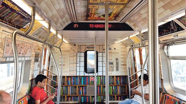В метро. Нью-йоркская подземка предлагает библиотеку онлайн: подключаешься к Wi-Fi, заходишь на сайт метро, выбираешь и скачиваешь книгу. А в поезде, скачав приложение, можно загружать книги, наводя смартфон на их нарисованные корешки. Также пассажир получает список ближайших библиотек.