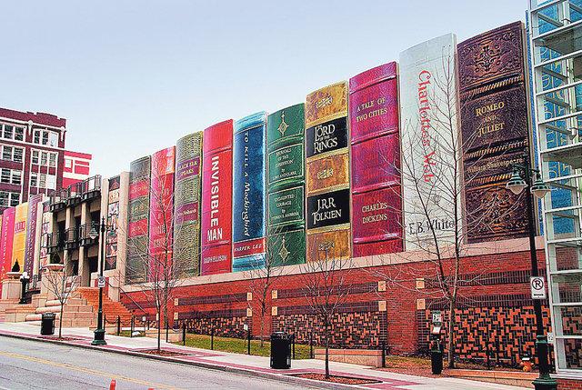 Книжная полка. Публичная библиотека города Канзас-сити, чтобы скрыть от посторонних глаз парковку, превратилась в полку из 22 книг. Высота каждой — 8 метров, ширина — 2 метра. За наполнение «полок» голосовали посетители, и теперь в ней есть и «Властелин колец» Толкиена, и «Ромео и Джульетта» Шекспира.