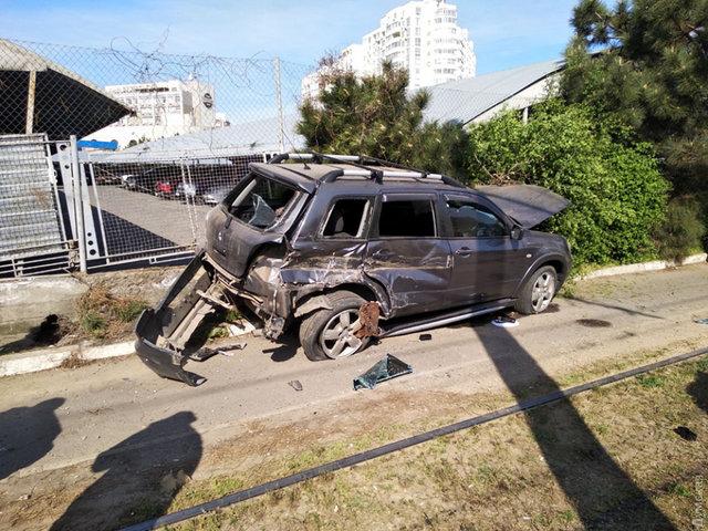 ВОдессе женщина зарулем Мitsubishi наогромной скорости протаранила трамвай