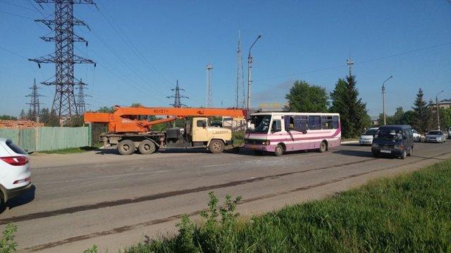 ВЧерновцах стрела крана протаранила автобус