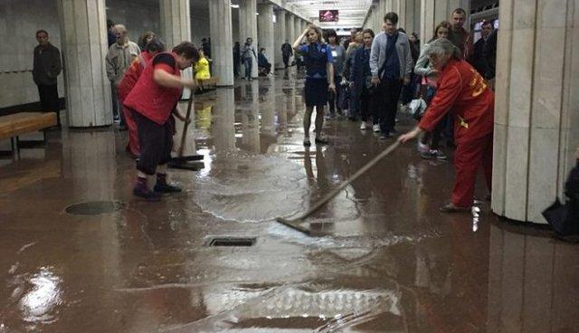 В Харькове залило вестибюль станции метро (ФОТО)