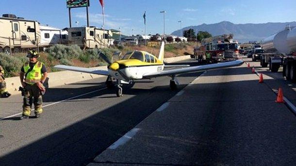 ВСША девушка посадила легкомоторный самолет наоживленной трассе
