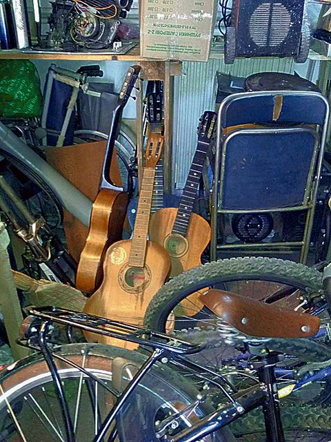 Гитары. Инструментам подарят вторую жизнь. Фото из архива Д. Акилина