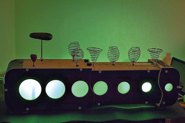 Семплер. Вместо клавиш — спирали от венчиков, подставки для салфеток, яблоки и огурцы. Фото из архива А. Кобзина