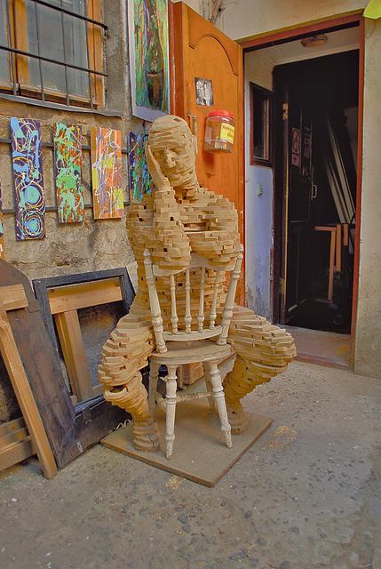 Мыслитель. Задумчивого человека мастер собрал из обрезков материала. Фото: П.Мордынская