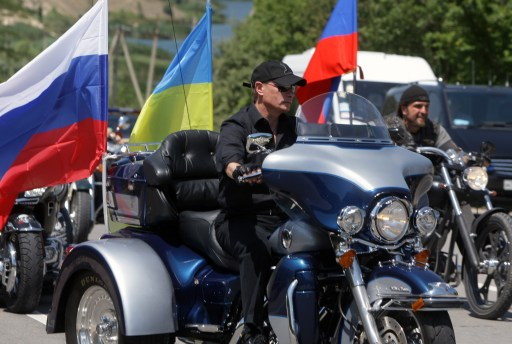 Russia's Prime Minister Vladimir Putin arrives for the meeting with Russian and Ukrainian motorbikers at their camp near Sevastopol in Ukraine's Crimea on July 24, 2010.  AFP PHOTO / RIA NOVOSTI / POOL / ALEXEY DRUZHININ