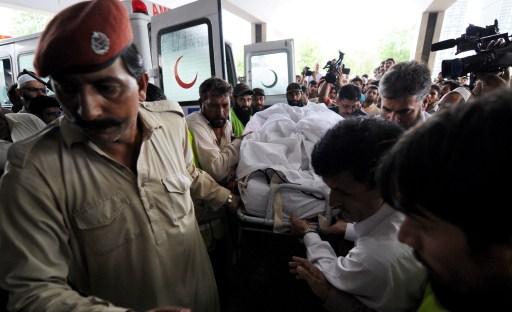 Pakistani rescuers carry the body of a victim of a passenger plane crash into a hospital in Islamabad on July 28, 2010.  Everyone on board a Pakistani passenger jet died on July 28 when the Airbus 321, with 152 passengers on board, crashed in the hills of Islamabad while trying to land from Karachi, a cabinet minister said. AFP PHOTO/ AAMIR QURESHI