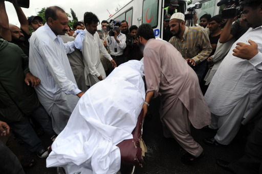 Pakistani rescuers carry a dead body into a hospital in Islamabad on July 28, 2010, after a plane crash.  Everyone on board a Pakistani passenger jet died when the Airbus 321, with 152 passengers on board, crashed in the hills of Islamabad while trying to land from Karachi, a cabinet minister said. AFP PHOTO/AAMIR QURESHI