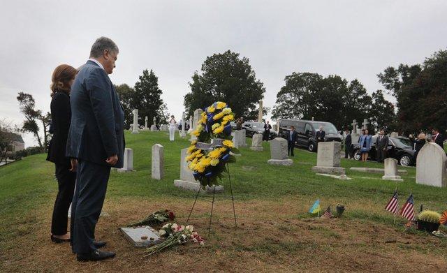 Порошенко вСША посетил могилу Джона Маккейна