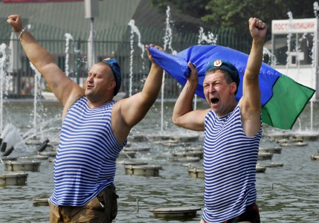 Russian paratroopers shout and whistle while swimming in a fountain at Gorki Park in Moscow on August 2, 2010 while celebrating Paratroopers' Day.     AFP PHOTO / NATALIA KOLESNIKOVA , Russian paratroopers shout and wave flags while standing in a fountain at Gorki Park in Moscow on August 2, 2010 while celebrating Paratroopers' Day.     AFP PHOTO / NATALIA KOLESNIKOVA , Russian paratroopers shout and wave flags while standing in a fountain at Gorki Park in Moscow on August 2, 2010 while celebrating Paratroopers' Day.     AFP PHOTO / NATALIA KOLESNIKOVA