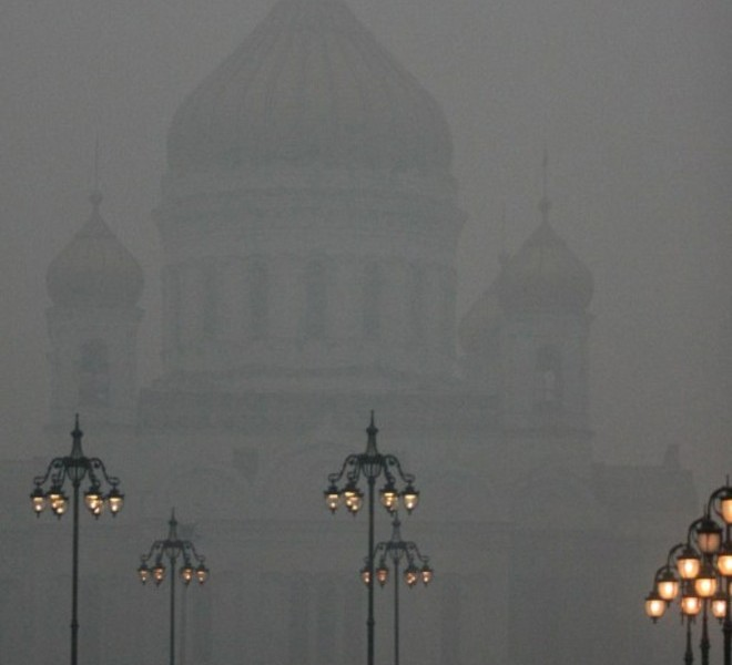 People walk in central Moscow during forest fire smog on August 4, 2010. Russia's worst heatwave for decades shows no sign of relenting, officials warned as firefighters battled hundreds of wildfires in a national disaster that has claimed at least 40 lives. President Dmitry Medvedev has declared a state of emergency in seven Russian regions over the fires which have left tens of thousands of hectares of land ablaze and uprooted hundreds from their homes. AFP PHOTO / ANDREY SMIRNOV