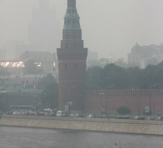 A pleasure boats drives through forest fire smog past the Kremlin in Moscow on August 4, 2010. President Dmitry Medvedev interrupted his holiday to hold emergency talks on Russia's worst forest fires in modern history as firefighters struggled to contain the crisis. The area ablaze expanded by several thousand hectares in the past day as hundreds of new fires started in a disaster that has already claimed 48 lives, the emergencies ministry said.   AFP PHOTO / ANDREY SMIRNOV