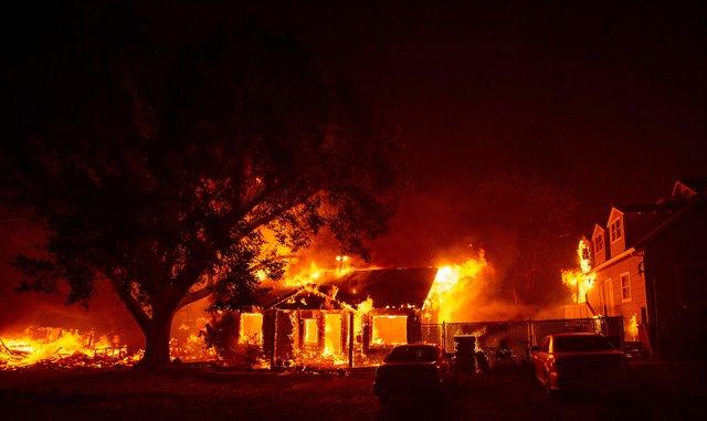 AP: в Калифорнии пожар уничтожил значительную часть города Парадайс