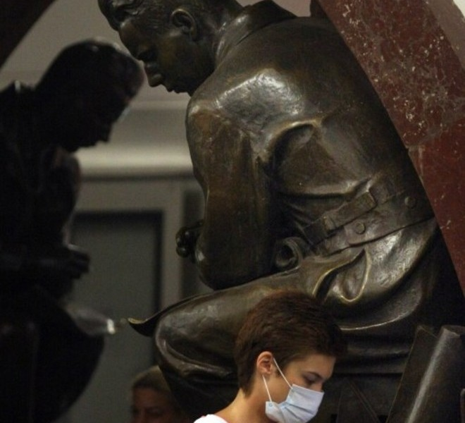 A Russian woman wears a face mask to protect herself from acrid smoke inside the Moscow metro on August 9, 2010.   The toxic smog smothering Moscow showed little sign of abating as media accused officials of covering up the scale of the disaster and the authorities raced to put out a fire near a nuclear site.   AFP PHOTO / ANDREY SMIRNOV