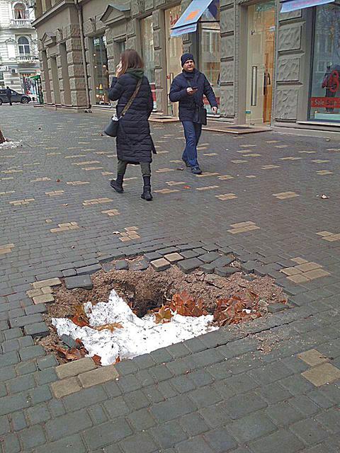 Тротуар. Кое-что еще осталось доделать. Фото: Д. Митанова