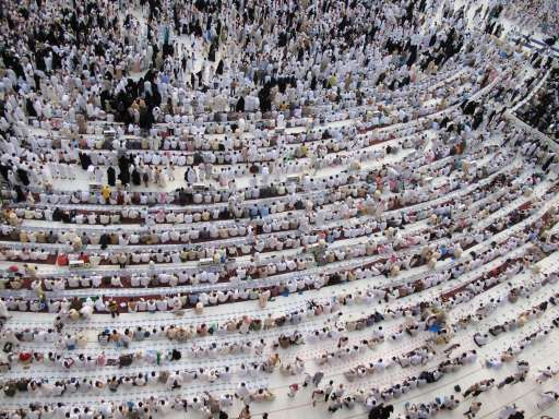 Hundreds of Muslims gather to pray and to break their fast in holy Muslim city of Mecca on August 17, 2010, as Muslim around the world take part in the Muslim lunar month of Ramadan when believers fast between dawn and sunset. AFP PHOTO/STR