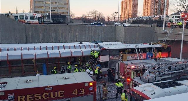 Двухэтажный автобус врезался востановку встолице Канады Оттаве