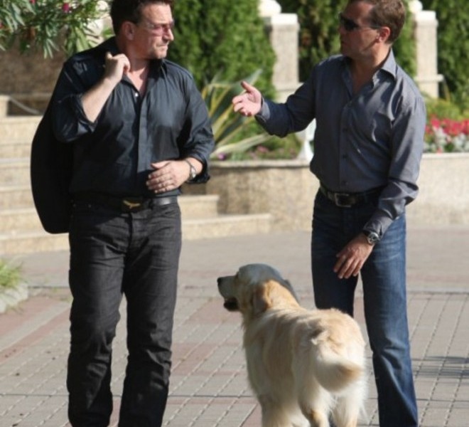Russian President Dmitry Medvedev (R) speaks with U2 frontman Bono during their walking on August 24, 2010 in Bocharov Ruchei residence, near the Black Sea resort town of Sochi, which will host the 2014 Winter Olympics.AFP PHOTO / RIA NOVOSTI / KREMLIN POOL / MIKHAIL KLIMENTYEV