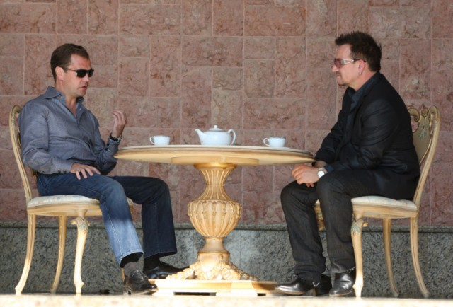 Russian President Dmitry Medvedev (R) speaks with U2 frontman Bono during their walking on August 24, 2010 in Bocharov Ruchei residence, near the Black Sea resort town of Sochi, which will host the 2014 Winter Olympics.AFP PHOTO / RIA NOVOSTI / KREMLIN POOL / MIKHAIL KLIMENTYEV , Russian President Dmitry Medvedev (R) speaks with U2 frontman Bono during their meeting on August 24, 2010 in Bocharov Ruchei residence, near the Black Sea resort town of Sochi, which will host the 2014 Winter Olympics. Russian President Dmitry Medvedev and U2 frontman Bono vowed to fight against the spread of polio as they met Tuesday ahead of the Irish rock band's first ever concert in the country this week. AFP PHOTO / RIA NOVOSTI / KREMLIN POOL / MIKHAIL KLIMENTYEV , Russian President Dmitry Medvedev (L) speaks with U2 frontman Bono during their meeting on August 24, 2010 in Bocharov Ruchei residence, near the Black Sea resort town of Sochi, which will host the 2014 Winter Olympics. Russian President Dmitry Medvedev and U2 frontman Bono vowed to fight against the spread of polio as they met Tuesday ahead of the Irish rock band's first ever concert in the country this week. AFP PHOTO / RIA NOVOSTI / KREMLIN POOL / MIKHAIL KLIMENTYEV , Russian President Dmitry Medvedev (L) speaks with U2 frontman Bono during their meeting on August 24, 2010 in Bocharov Ruchei residence, near the Black Sea resort town of Sochi, which will host the 2014 Winter Olympics. Russian President Dmitry Medvedev and U2 frontman Bono vowed to fight against the spread of polio as they met Tuesday ahead of the Irish rock band's first ever concert in the country this week. AFP PHOTO / RIA NOVOSTI / KREMLIN POOL / MIKHAIL KLIMENTYEV