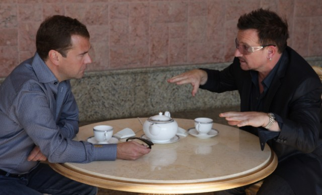 Russian President Dmitry Medvedev (R) speaks with U2 frontman Bono during their walking on August 24, 2010 in Bocharov Ruchei residence, near the Black Sea resort town of Sochi, which will host the 2014 Winter Olympics.AFP PHOTO / RIA NOVOSTI / KREMLIN POOL / MIKHAIL KLIMENTYEV , Russian President Dmitry Medvedev (R) speaks with U2 frontman Bono during their meeting on August 24, 2010 in Bocharov Ruchei residence, near the Black Sea resort town of Sochi, which will host the 2014 Winter Olympics. Russian President Dmitry Medvedev and U2 frontman Bono vowed to fight against the spread of polio as they met Tuesday ahead of the Irish rock band's first ever concert in the country this week. AFP PHOTO / RIA NOVOSTI / KREMLIN POOL / MIKHAIL KLIMENTYEV , Russian President Dmitry Medvedev (L) speaks with U2 frontman Bono during their meeting on August 24, 2010 in Bocharov Ruchei residence, near the Black Sea resort town of Sochi, which will host the 2014 Winter Olympics. Russian President Dmitry Medvedev and U2 frontman Bono vowed to fight against the spread of polio as they met Tuesday ahead of the Irish rock band's first ever concert in the country this week. AFP PHOTO / RIA NOVOSTI / KREMLIN POOL / MIKHAIL KLIMENTYEV