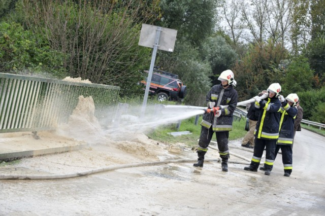 Firemen of the Gyor town station wash a special material, industrial gypsum into the Marcal River to coagulate the toxic water at Morichida village about 150 kms west from Budapest on October 6, 2010. Several dozen family houses were flooded by the red-sludge from an alumina plant in western Hungary on Monday, flooding several towns, villages with towering waves of red sludge. Five people died, seven were missing and hundreds were injured, rescue services said. The spill of an estimated 1,000,000 cubic metres of sludge affected several localities such as Kolontar and Devecser near the Ajkai Timfoldgyar plant in the town of Ajka. AFP PHOTO / ATTILA KISBENEDEK , Firemen of the Gyor town station wash a special material, industrial gypsum, into the Marcal River to coagulate the toxic water at Morichida village about 150 kms west from Budapest on October 6, 2010. Several dozen family houses were flooded by the red-sludge from an alumina plant in western Hungary on Monday, flooding several towns, villages with towering waves of red sludge. Five people died, seven were missing and hundreds were injured, rescue services said. The spill of an estimated 1,000,000 cubic metres of sludge affected several localities such as Kolontar and Devecser near the Ajkai Timfoldgyar plant in the town of Ajka. AFP PHOTO / ATTILA KISBENEDEK