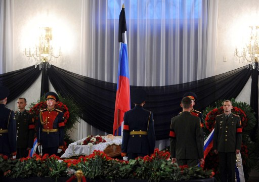 Honour guards stand at the coffin of Victor Chernomyrdin, a former Russian prime minister under president Boris Yeltsin from December 1992 to March 1998, during a farewell ceremony in Moscow, on November 4, 2010. Chernomyrdin, died Wednesday morning, his family told Russian news agencies. He was 72. AFP PHOTO / NATALIA KOLESNIKOVA